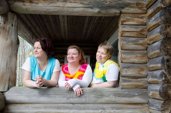 Maitolaiturin tytöt eli Tellu Turkka, Mammu Koskelo ja Eve Pietarinen tarjoilee musiikillaan suomifilmeistä tuttua nostalgiaa.