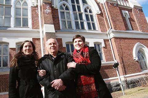 Katariina Záborszky (oikealla) esiintyy usein myös sellisti-isänsä Istvánin ja laulajasisarensa Márian kanssa.