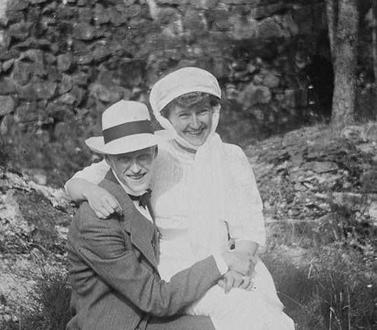 Tuntemattoman ottama valokuva Hans ja Olga Strindbergistä Helsingissä 1910-luvulla. Kuva: Tarja Rinteen sukuarkisto